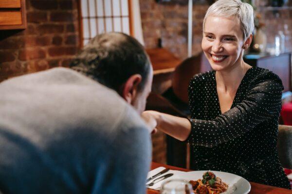 Komplimente erfüllen uns mit Freude, Liebe und können uns überaus überraschen. Lesen Sie, welche Komplimente machen Sinn und was kommt im Alter gar nicht mehr an.